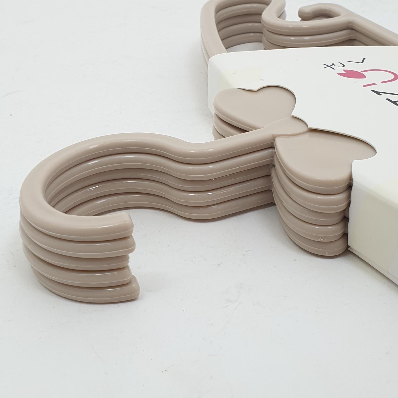 SAKU ไม้แขวนเสื้อพลาสติก สำหรับเด็ก บรรจุ 5 ชิ้น/แพ็ค AN28 สีกากี