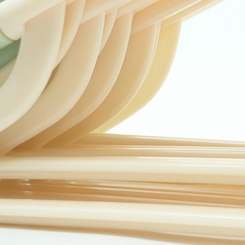 SAKU ไม้แขวนเสื้อพลาสติกกันลื่น บรรจุ 10ชิ้น/แพ็ค   AN03 สีเขียว