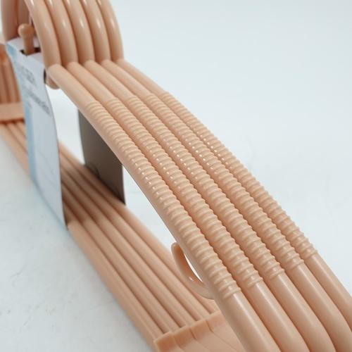 SAKU ไม้แขวนเสื้อพลาสติก  ขนาด 39.5x19.5x0.6ซม.  GDH001-BE 5ชิ้น/แพ็ค สีเบจ